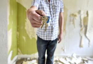 Schlüsselübergabe in unrenovierter Wohnung