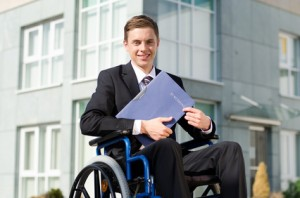 Rollstuhlfahrer mit Bewerbungsunterlagen