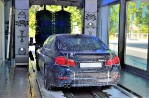 Auto beim Waschen in der Waschstrae