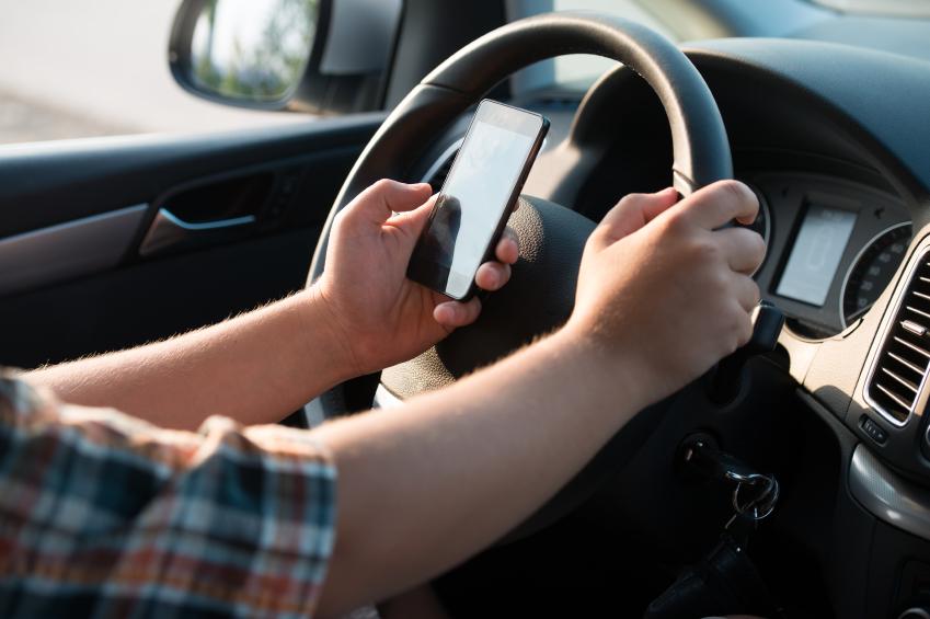 Autofahrer mit Handy am Steuer