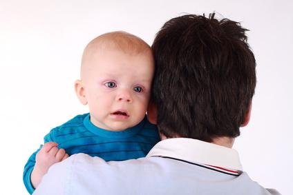 Mann mit Baby auf dem Arm