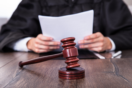 Richter mit Dokumenten in der Hand