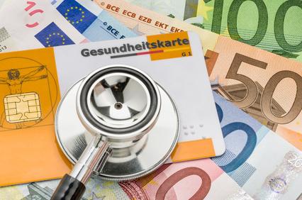 Stethoskop auf Gesundheitskarte und Geldscheinen