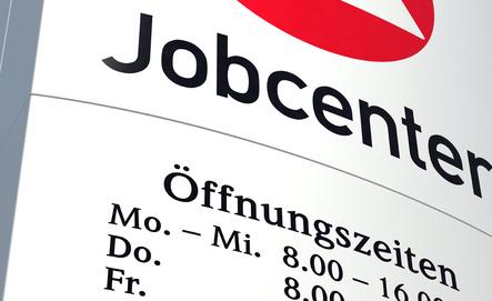 Schild des Jobcenters mit Logo und Öffnungszeiten