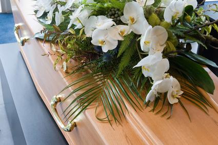 Sarg mit Blumen