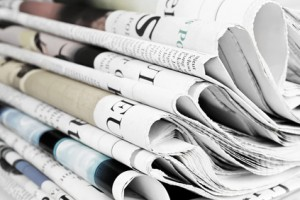 gestapelte Tageszeitungen