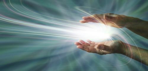 zwei Hände, aus denen Licht hervorstrahlt