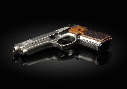 Waffe auf schwarzem Hintergrund