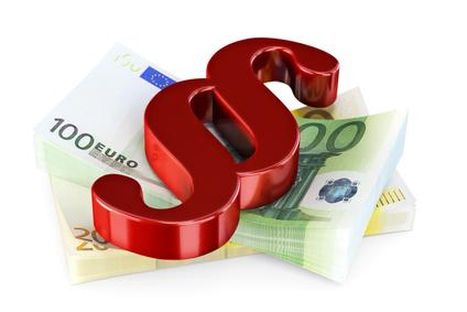 Paragraphenzeichen über einem Stapel 100-Euro-Scheine