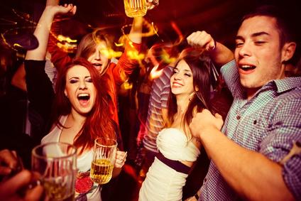 Junge Menschen feiern in einer Diskothek