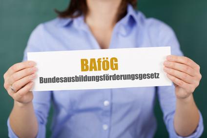 """Frau hält Schild in der Hand mit der Aufschrift """"BAföG"""""""