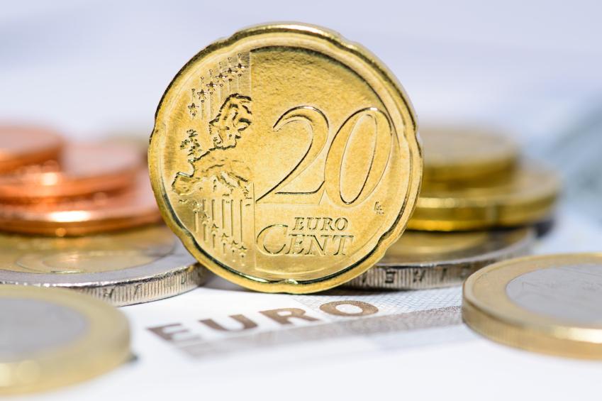 20-Cent-Münze steht auf einem Geldhaufen