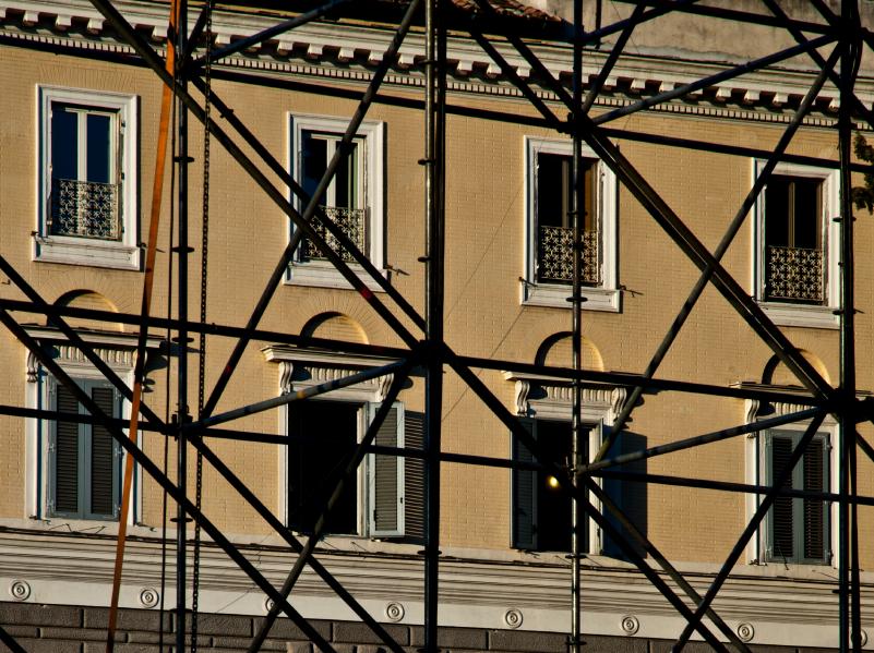 Baugerüst vor einer Hauswand mit mehreren Fenstern
