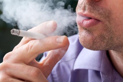 Mann raucht eine Zigarette