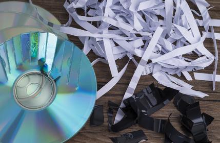 Geschredderte Dokumente und CDs liegen auf dem Boden
