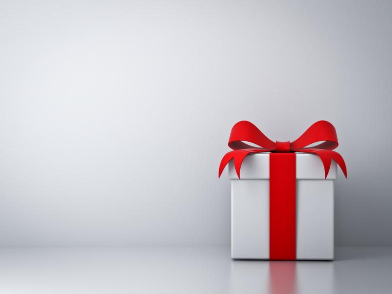 Geschenkpaket mit rotem Schleifenband